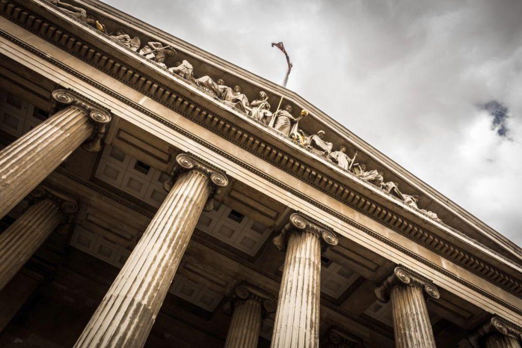 Budynek sądu. Radca prawny czy adwokat?